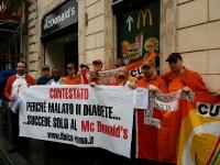 McDonald's, infusore di insulina scambiato per cellulare Flaica sciopera davanti al fast food di Piazza di Spagna